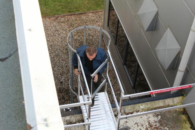 veilige daktoegang met een kooiladder en dakveiligheid met permanente hekwerken van alga.nl