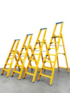 Kunststof trappen van ALGA voor professioneel en industrieel gebruik. Enkel en dubbel oploopbare trap uit voorraad leverbaar✓ NEN2484✓ WARENWET✓